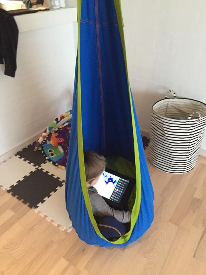 En glad vinder af en konkurrence på Legebyen.dk Facebookside, nyder en stille stund i sin nye hængekøjehule fra La Siesta. Du kan selvfølgelig købe din egen hængekøjehule på vores hjemmeside. #Hængehøje #Hængekøjehule #LaSiesta #afslapning