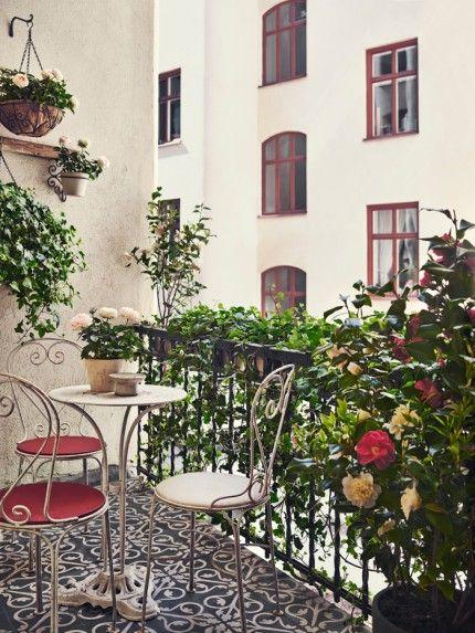 Väldigt mysig balkong i Stockholm. Kakel från Marocko, antik cafémöbel och naturligt insynsskydd (murgröna?). | Elle Decoration (Sweden)