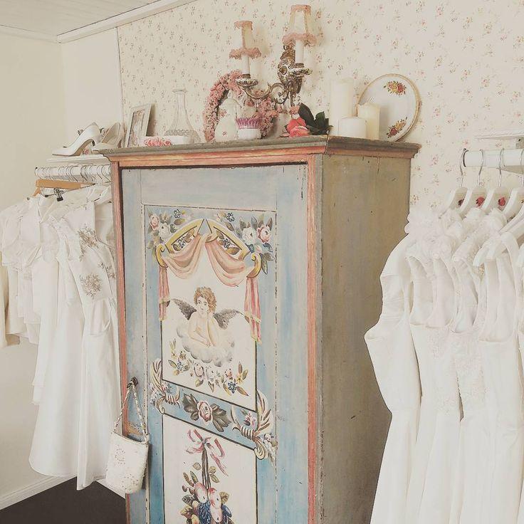 Brautdirndl Showroom in unserem Maison de Couture in Finning am Ammersee bei München. Maßgefertigte Couture Brautdirndl und Brautkleider.www.tianvantastique.com