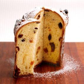 クリスマスにぴったりの贅沢なパン、パネトーネ。じっくり漬け込んだフルーツをたっぷり使えば、なんとも言えずジューシーな仕上がりに。使用するバターを発酵バターにすることで、ますますうっとりするような香りになりました。