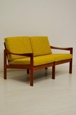 Een prachtige''Illum Wikkelsø''2-zitter! Opnieuw bekleed met mooie gele stof. In een goede vintage staat.