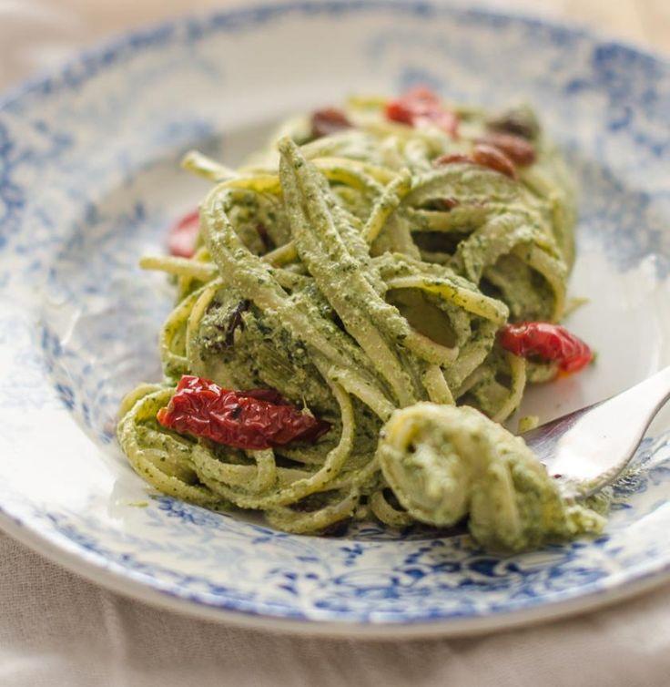 Spaghetti integrali con pesto di tarassaco e pomodori secchi