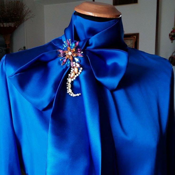 Camicia Seta con Fiocco e spilla Gioiello