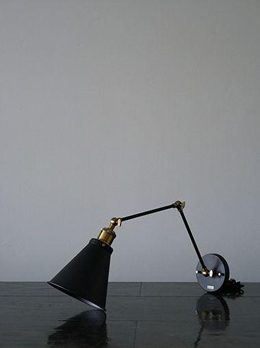 細いアームの先にシンプルなシェードがついたモダンな壁掛け照明ブラケットライト。ホワイトにゴールドカラーのコントラストが美しいデザインです。ニューヨークスタイルのインテリアショップ ideot 。クラシカルかつモダンで洗練されたアイテムを提案します。