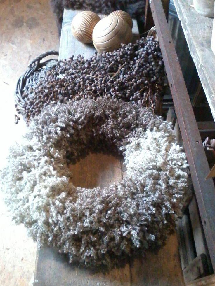 Kransen gedraaid van Fluffy wol...zeer makkelijk....groots effect!! en andere inspirerende plaatjes op Welke.nl.