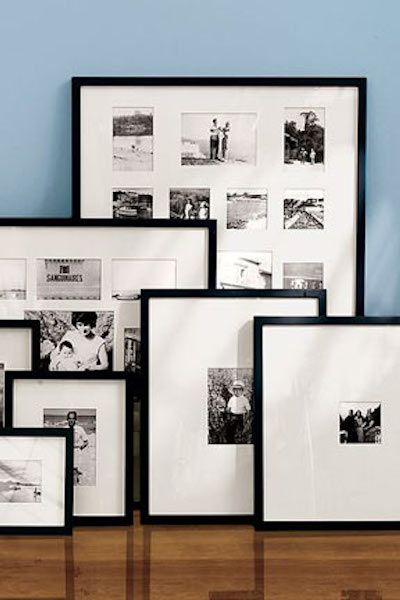 Zwarte Ribba lijsten in verschillende formaten op fotoplank, gevuld met teksten, zwart-wit foto's en kleurrijke afbeeldingen #Ikeacatalogus-woonkamer