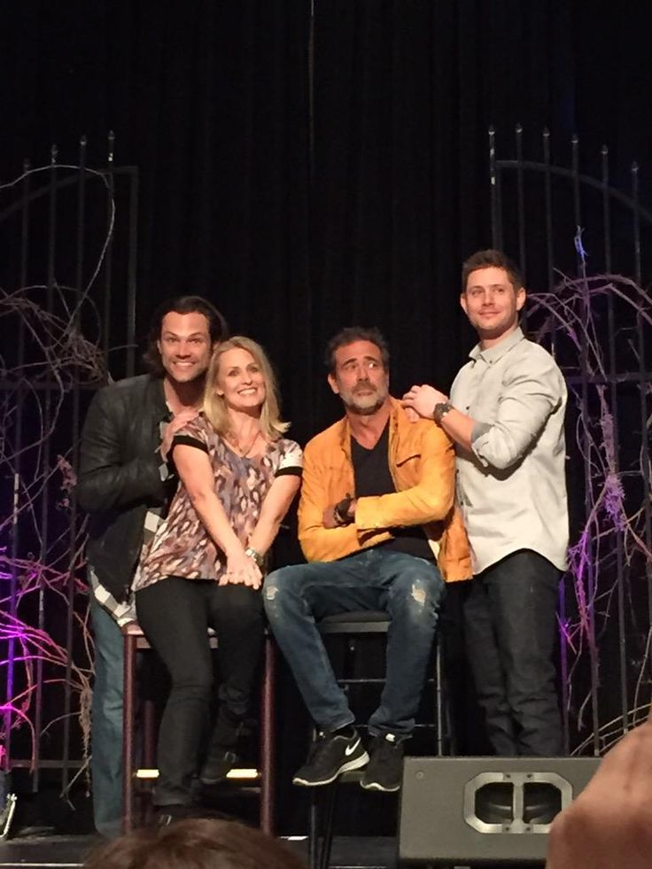 Awkward family photo. #VegasCon awww LMAO ☜(⌒▽⌒)☞ || Jared Padalecki, Samantha Smith, Jeffrey Dean Morgan & Jensen Ackles || The Winchesters