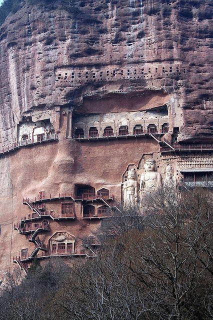 Buda Grandes en las Cuevas Maijishan. Dentro de la Trinidad de Sui-dinastía difícil-a-señorita de Buda y bodhisattvas es la estatua más grande sobre la montaña: la efigie central de la cueva de Buda encabeza hacia fuera en 15.7m.