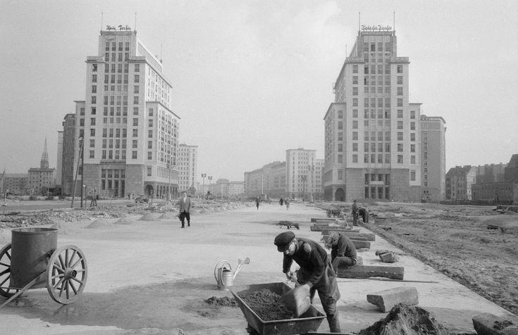 Wederopbouw van de Stalinallee in Oost-Berlijn, DDR (1960) fotograaf Jesse Nico