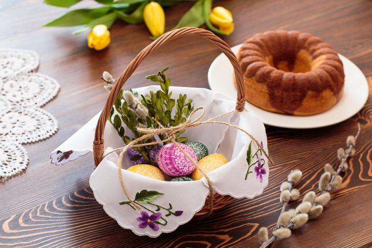 Serwety do koszyczków wielkanocnych z haftowanymi fioletowymi fiołkami