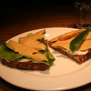 Veganer Käse ist oft sehr teuer. Dieses Rezept ist leicht selbst gemacht, zum Überbacken geeignet und man kann Kräuter und Gewürze hinein mischen.