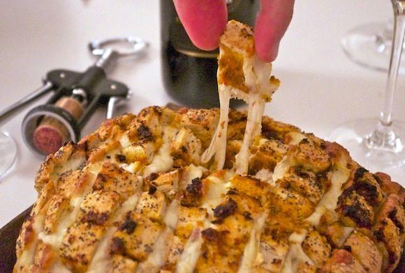 pain a arracher mozza pesto rouge #foodporn   Red cheesey pull appart bread / Pain à arracher mozza pesto rouge