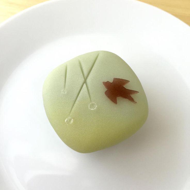 濡れ燕。 春雨の中をぴゅーと軽快に飛ぶ爽やかな燕をイメージして形にしてみました。  #和菓子#和菓子作り#手作り#お茶会#練り切り#ユイミコ#かわいい和菓子#cawaii#wagashi#sweets#japanesesweets#燕