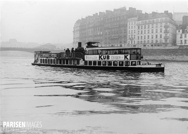 Bateau-omnibus sur la Seine, assurant la liaison entre Auteuil et Charenton. Paris, vers 1912.