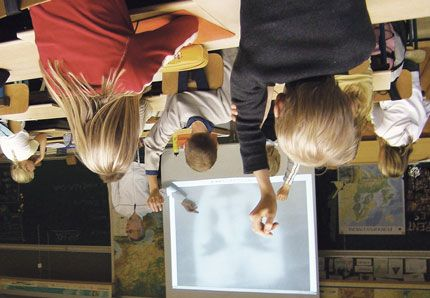 Den tradisjonelle gjennomgangen av fagstoff som vanligvis gjennomføres i klasserommet og på tavlen gjør elevene utenfor skoletiden. Her brukes gjerne en video. Les mer om omvendt undervisning