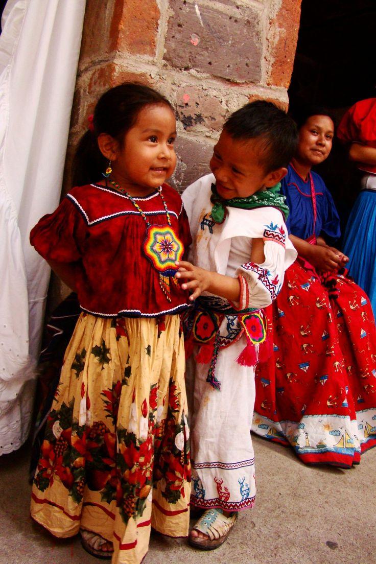 """El Huichol o Wixáritari son los pueblos indígenas de México , que viven en la Sierra Madre Occidental en los estados mexicanos de Nayarit , Jalisco , Zacatecas y Durango.  Mejor conocidos por el resto del mundo como los huicholes , sin embargo , se refieren a sí mismos como Wixáritari ( """"el pueblo"""" ) en su propio idioma huichol . Foto vía El Centro Huichol para la Supervivencia Cultural y Artes Tradicionales / 422 Evelyn Avenida #C Albany , CA 94706 ( 510 ) 646 a 2.130"""