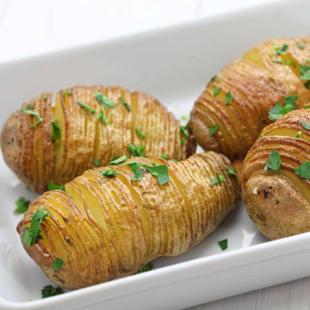 Hasselbackspotatis är både gott och väldigt enkelt att göra. Här är ett klassiskt recept med potatis och klassiska ingredienser som smör, ströbröd och salt.