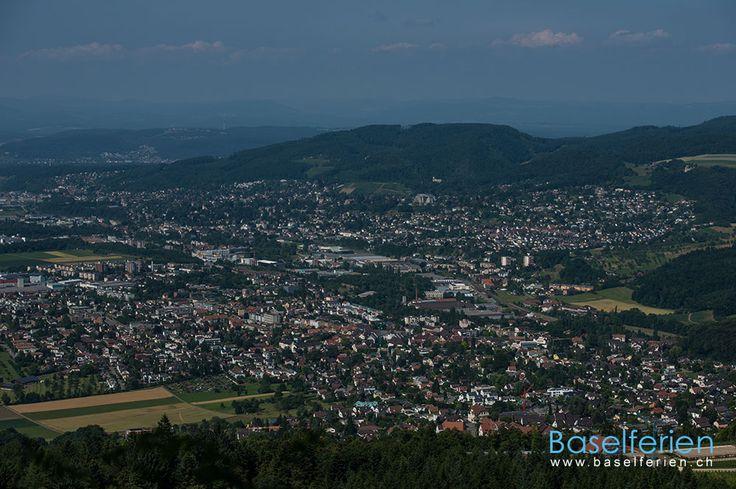 Wandervorschlag: #Wandern im Birstal – Bahnhof Aesch, #Baselland  –> Eggflue/Pfeffingerflue –> Grellingen #Schweiz . Blick von der Eggflue (685 m.ü.M.) auf Pfeffingen, Aesch, Dornach, Arlesheim.