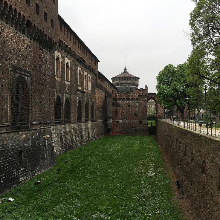 The fabulous Sforza Castle. It's a very interesting building having architectural style I have not seen elsewhere so far.  ____ #Sforza #castle #milan #milano #italy #taliansko #europe #travel #tourism #grass #building #architecture #history #historic #old #roadtrip #nofilter #iphone #iphoneonly #iphoneography #overcast