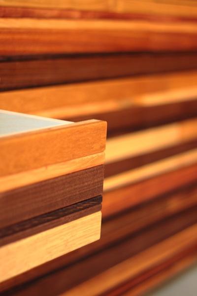 Detail van een op maat gemaakte kast met rostyling lattenmelange (Rozenhout meubelmaker Utrecht)