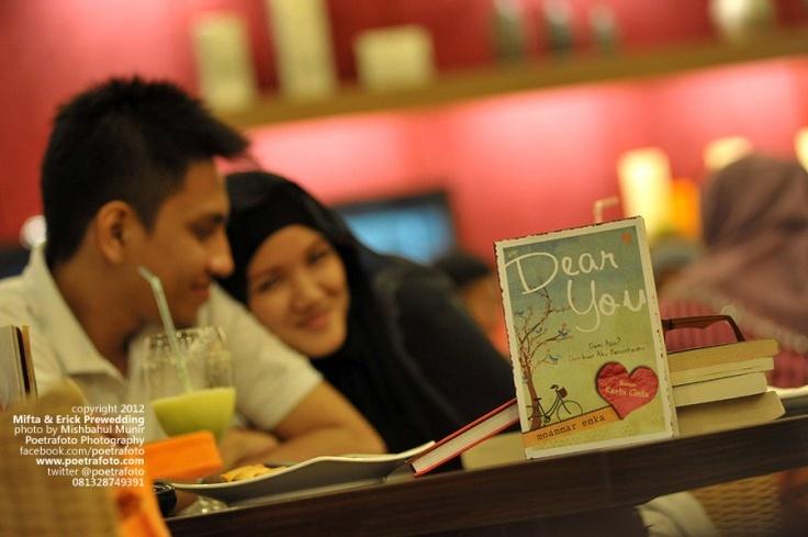 Konsep Foto Prewedding Indoor Book Lovers 4 Photo Concept by POETRAFOTO Photography Fotografer Yogyakarta Indonesia, http://prewedding.poetrafoto.com/konsep-foto-prewedding-indoor-book-lovers-4_343