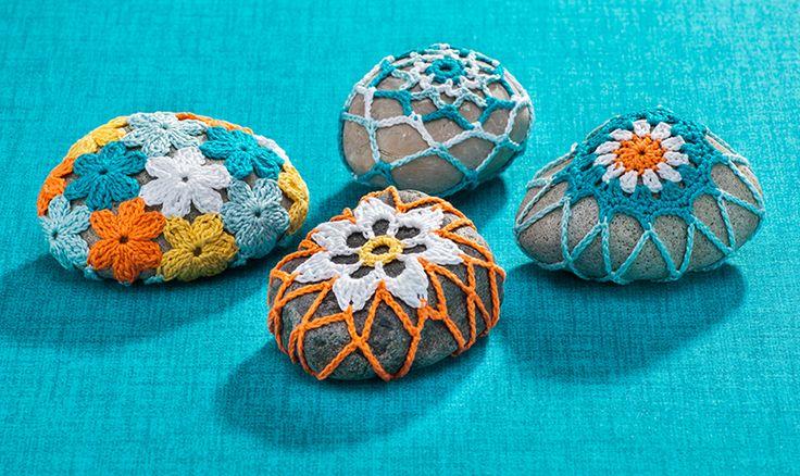 Anleitung: Steine mit Blüten umhäkeln