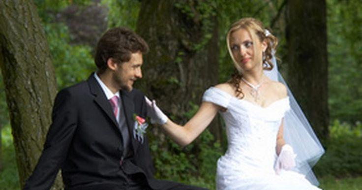 Requisitos para la licencia de matrimonio en Houston. Houston es la ciudad más grande de Texas. Para casarse legalmente en Houston o en cualquier parte de Texas, una pareja debe obtener una licencia de matrimonio del estado. Las parejas pueden conseguir una licencia llenando una solicitud en cualquier oficina del secretario del condado, y luego adherirse a los requisitos de una licencia de matrimonio ...
