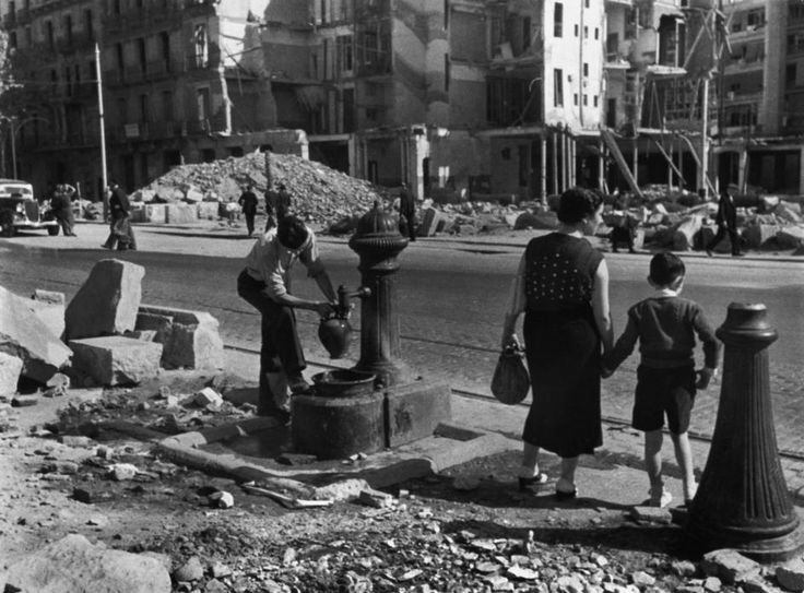 SPAIN. Barcelona. Not all the water pipes are cut off despite the Italo-German air force bombings. 1938.