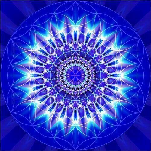 Mandala Azul...Calma, Paz, Serenidad, Seguridad. Ayuda a exteriorizar lo que se lleva por dentro, permitiendo evolucionar a medida que se van dando cambios en la vida de la persona.  El azul es el color del cielo y del mar, por lo que se suele asociar con la estabilidad y la profundidad.