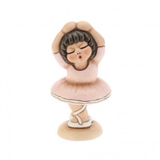 Conserva intatto il sogno della tua bimba con la nostra preziosa creazione in ceramica decorata a mano. La bomboniera Bimba danza classica, attraverso la dolcezza della danza, è un sogno senza fine.