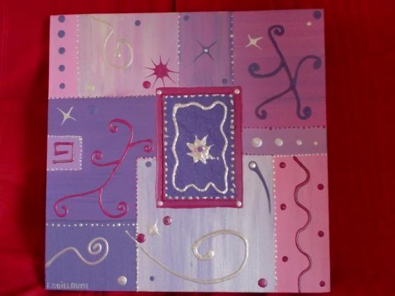 Tableau peint en acrylique de 40cm sur 40cm dans les tons mauves et rose. J'ai ajouté du carton pour relief ainsi que de la peinture 3d pour les autres motifs.