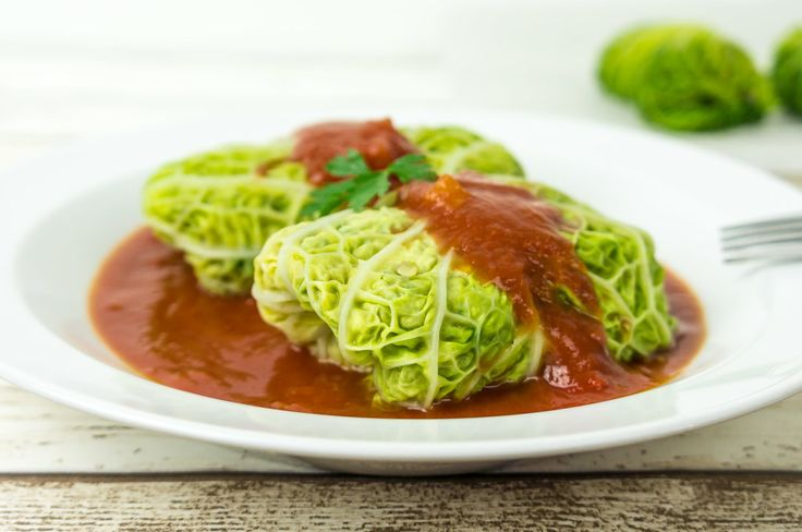 Stuffed cabbage - recipe - Daily Gourmet. Light and delicious cabbage leaves, stuffed with bulgur wheat, courgettes and mushrooms in a spicy tomato sauce.
