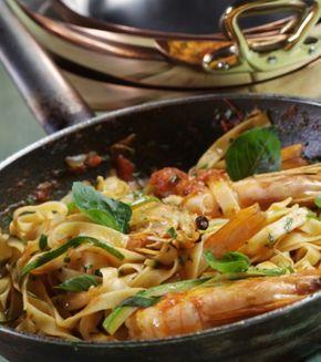 Ταλιατέλες με γαρίδες, σάλτσα ντομάτα και βασιλικό | Γιάννης Λουκάκος