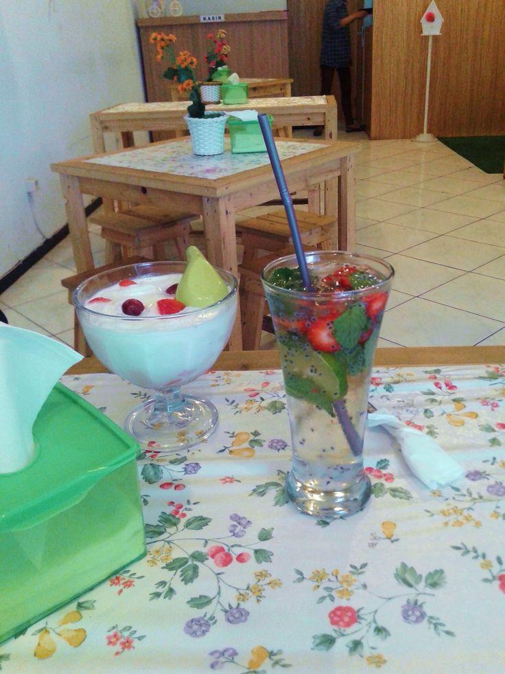 Fruit Soup Lychee & Strawberry Mojito