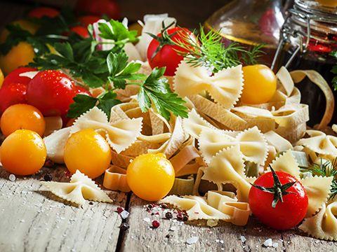 <h2>Салат смакаронами, сыром иветчиной </h2> <p>Блюда измакарон, впонимании большинства,— это гарнир или самостоятельное блюдо, внекоторых случаях суп. Ноизмакарон можно приготовить еще ивкусные салаты. Вбольшей степени, салаты смакаронами популярны вЕвропе, нопостепенно они завоевывают любовь ижителей России. </p> <p>Понадобится: 500г макарон (лучше выбирать бантики или спиральки), 200г любимой ветчины, морковь среднего размера. Для при...