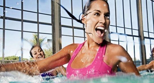 ¿Qué es el Aqua Zumba? - El Aqua Zumba son los acua-aeróbics clásicos adicionados con sabor latino, lee algunos de los beneficios de hacer aqua zumba, y anímate a practicarlo en tu tiempo libre.