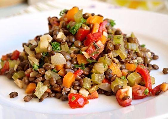 Tento salátek podáváme jako samostatný pokrm spolu s čerstvým pečivem, ale hodí se i jako zdravá příloha k masu či rybě.