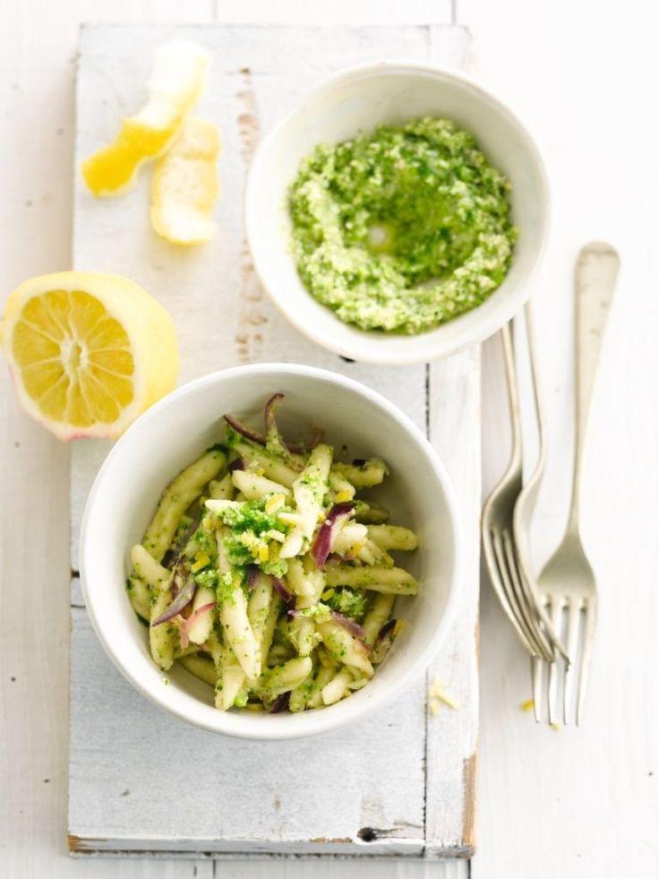 Bereiden:Verdeel de broccoli in roosjes en blancheer kort in gezouten water.Schep de broccoliroosjes, pijnboompitten, knoflook, basilicum, kaas en olijfolie in een keukenrobot. Mix kort zodat er nog stukjes aanwezig zijn.Kook vervolgens de pasta in gezouten water al dente.Was de citroen goed en schil met een dunschiller. Snij de helft van de schillen in kleine stukjes.Versnipper de ui en fruit glazig. Voeg de ansjovisfilets toe en laat op een zacht vuurtje sudde...