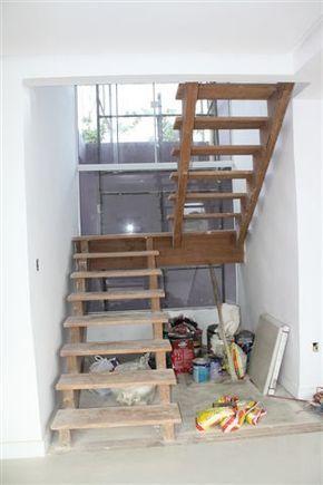 Uma das coisas que está no lugar já tem muito tempo, é a nossa escada de madeira. Mas não tínhamos como postar sobre ela antes, porque ela ficou o tempo inteiro coberta por papelão, já que a obra c…