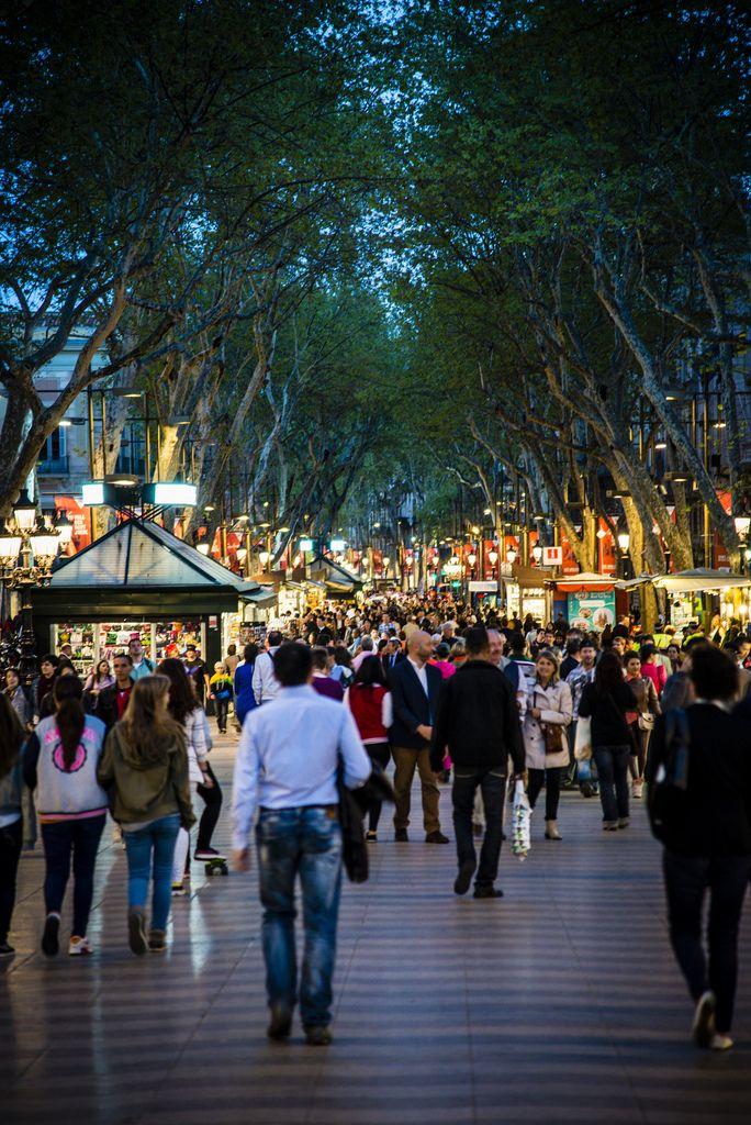 Concurridas como siempre: Las Ramblas en Barcelona (España)