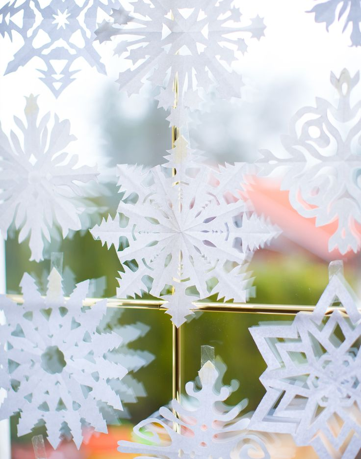 Elkészültek a papírhópelyhek (juhééééjj!). Vannak köztük tavalyiak - az újrahasznosítás fényében - mert a tavalyi hó, nem vén hó! Innen egy csomó gyönyörű mintát letölthettek, itt pedig egy jó kis videó a hajtogatás módjáról további mintákkal). Felkerültek a papírcsíkokból hajtogatott csillagok , az ünnepi...#Advent #hópehely #papírcsillag #Frőbelcsillag