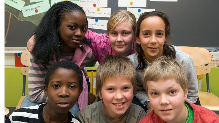Suomessa on kymmeniätuhansia lapsia, joiden uskonto, kotikieli tai vanhempien syntymämaa on eri kuin valtaväestöllä. Miten he sopeutuvat suomalaiseen kouluun?