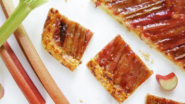 Upečte si s námi lahodný koláč, který kombinuje křupavé máslové těsto, svěží šťavnatou rebarboru a jemný mandlový krém. Jak na to, se dozvíte ve videu!
