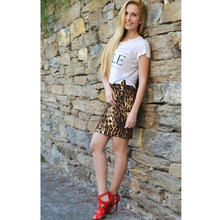 Una linda idea de como usar una falda de tigre y una graphic T-shirt #skirt #cheetah #tshirt #fashion #moda #chicfactoryblog #chicfactory_blog #chicfactory
