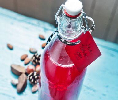 En smakrik tranbärsglögg med ingefära som du kan servera både kall och varm. Låt tranbär och limeblad koka upp med rörsocker och tranbärsdricka innan du tillsätter ingefära. Prova även att byta tranbären mot lingon för en spännande lingonglögg.