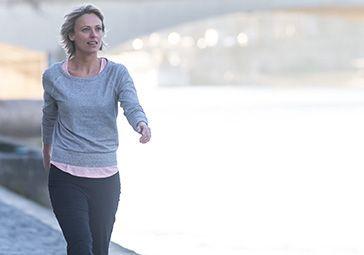 En marche sportive, le mouvement du pied ne va jamais sans celui des bras. Jeanick Landormy, coach de marche sportive et de marche athlétique, vous apprend en 6 semaines la technique des bras la plus adaptée à votre marche. Marcher pour son bien-être ou muscler le haut de votre corps, à chacun de bouger comme il le souhaite!