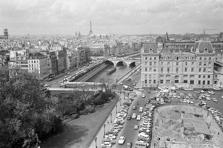 1968 Fouilles archéologiques à l'occasion de la construction d'un parking sur le parvis de Notre Dame de Paris