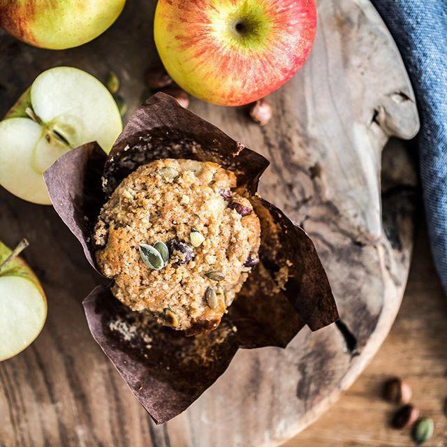 Vcera jsem dala na blog novy recept na jablecne muffiny. Jsou celozrnne, moc prijemne vlacne, lehce pikantni, s krupavou drobenkou se zazvorem a skorici. A jeste je necim tento recept specialni!!! ... a to uz si muzete pocist na blogu. Krasny den! 😊🍁🍂🍃☀️#muffin #muffins #muffinrecipe #applemuffins #kitchenettehome #gretapavleje #hubsch #teakwoodboard #spalek #milujudrevo