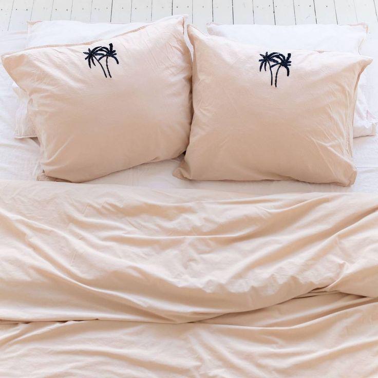 Beige kussensloop set met palmboom - Beige kussensloop set met palmboom. Geef je bed een upgrade met deze mooie palmboom kussenslopen van Crisp Sheets. De dekbedovertrekken en kussenslopen zijn van een hoge kwaliteit katoen. Shop een dekbed of kussensloop.