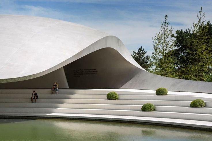 Dit gebouw geeft een mooi natuurlijk beeld, het lijkt namelijk op een golf. (Garion)